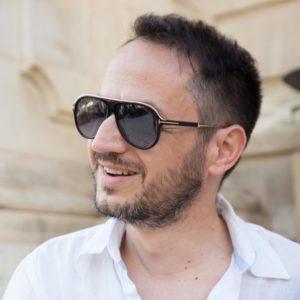 uomo con occhiali da sole nel cuore del barocco di scili - ragusa